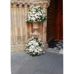 arreglo floral para entrada de iglesia